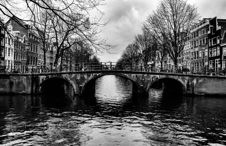 Black and white photo of an old bridge in Amsterdam centrum.